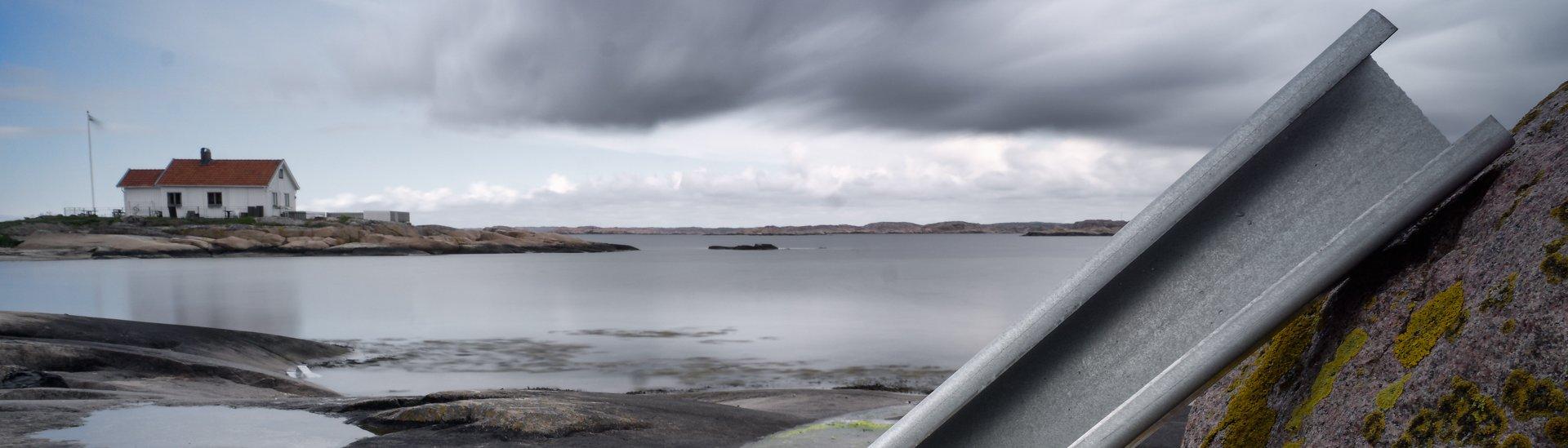 Ocelový profil LLENTAB u domu na břehu