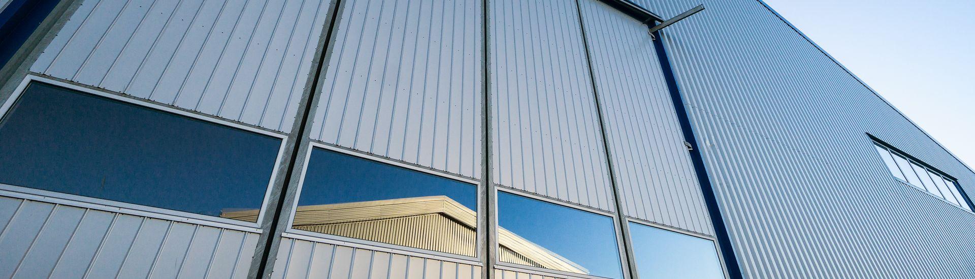 Vrata montované ocelové haly LLENTAB v Kungshamnu